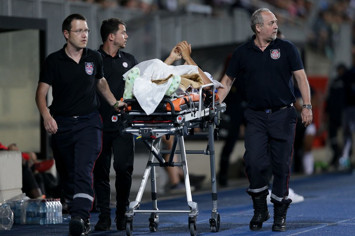 Dirk Carlson wird von den Sanitätern aus dem Stadion getragen.