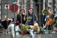 Anwohner in Christchurch zollen den Opfern mit dem Niederlegen von Blumen Respekt.