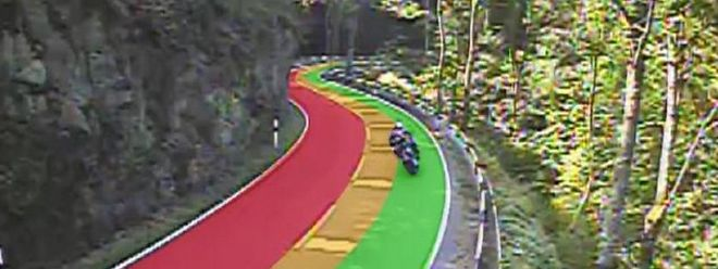 Durch die Straßenmarkierung sollen Motorradfahrer wissen, wie weit sie von der Mittellinie in Kurven entfernt bleiben sollen.