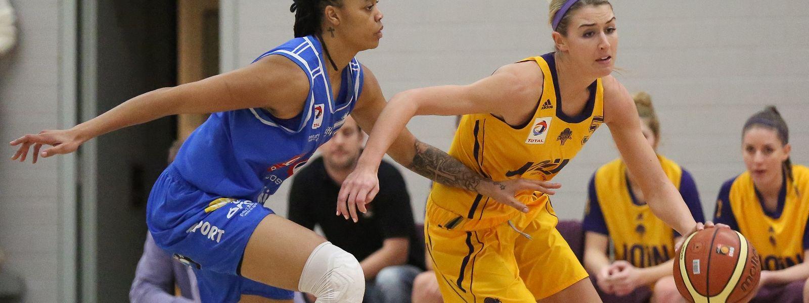 Christina Marinacci (Amicale, l.) zieht an Kristi Bellock (Esch) vorbei.