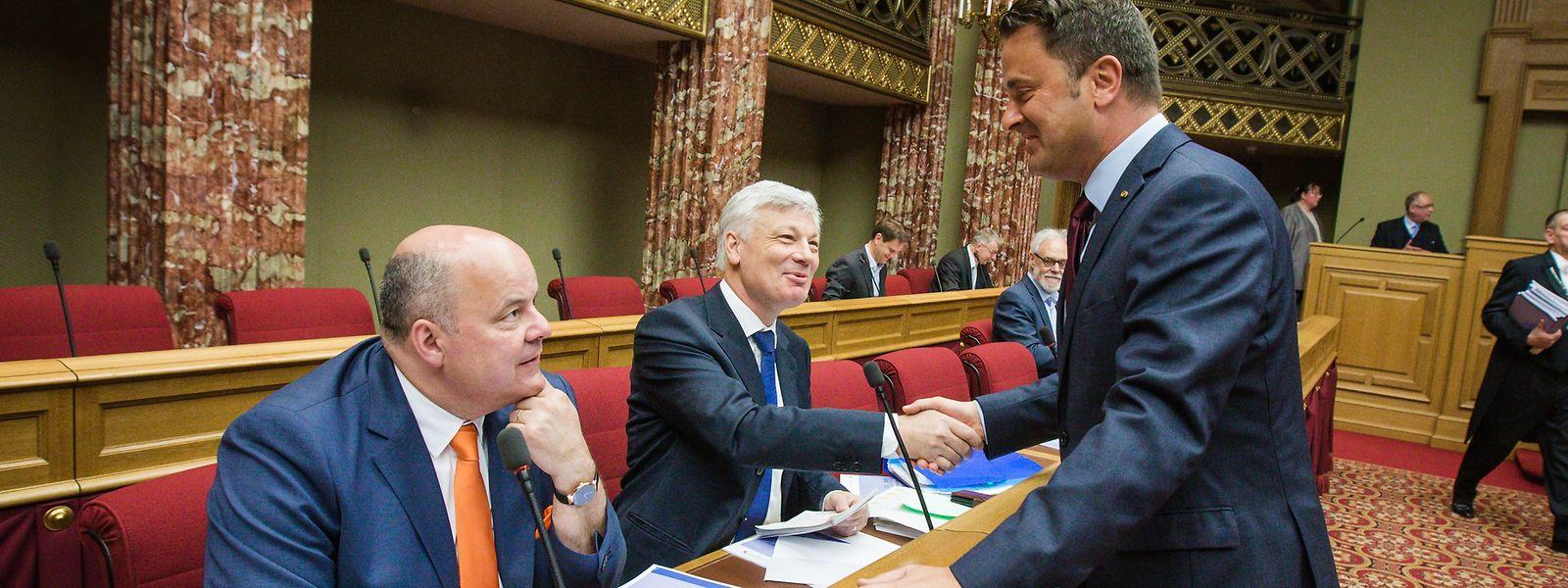 O primeiro-ministro Xavier Bettel e o líder do maior partido da oposição e candidato a primeiro-ministro, Claude Wiseler, apertam as mãos. Em outubro saber-se-á quem será o próximo primeiro-ministro.