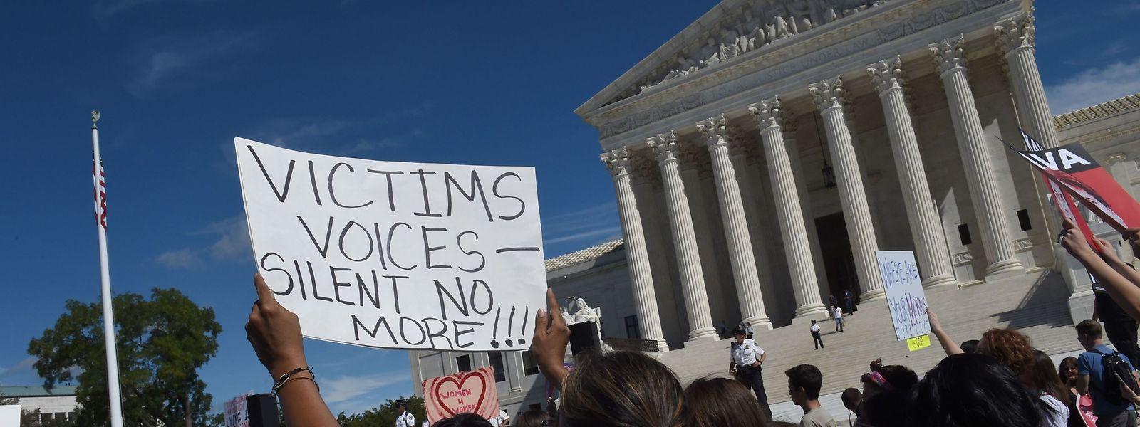 Erneut hatten sich am Freitag hunderte von Demonstranten vor dem Senat eingefunden, um gegen die Nominierung Kavanaughs zu protestieren.