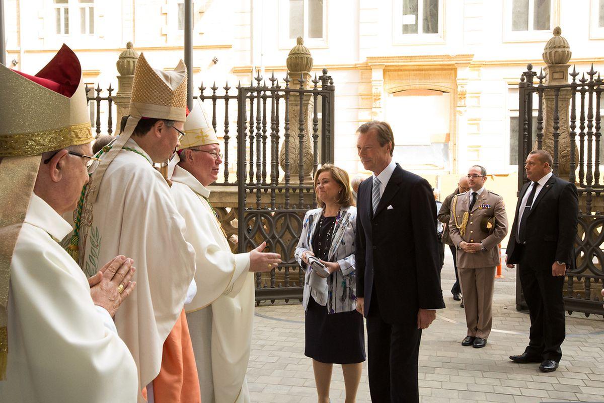 Das großherzogliche Paar bei seiner Ankunft vor der Kathedrale.