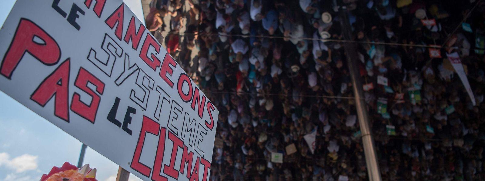 """""""Mudar o sistema, não o clima"""" foi o lema das manifestações em França"""