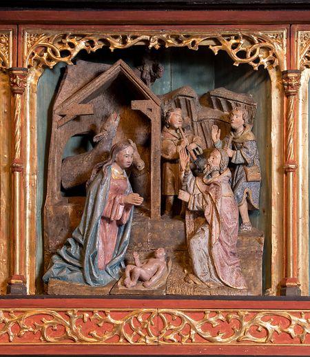 Die Krippenszene aus Holz in einem Retabel aus dem Jahre 1500 in der Kirche von Helzingen.