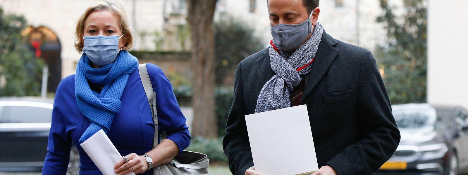 Premier Xavier Bettel und Gesundheitsministerin Paulette Lenert auf dem Weg zum Pressebriefing.