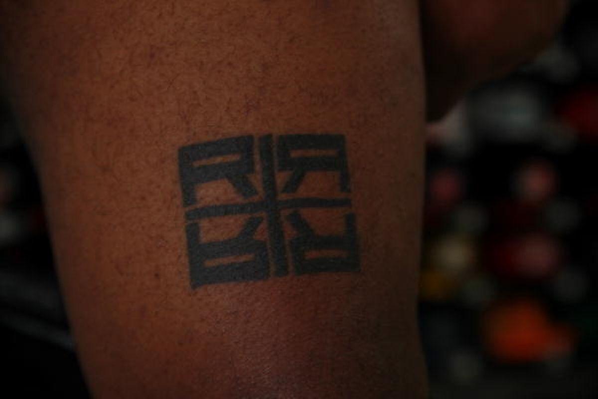 Uma tatuagem com o logo da Rebounce