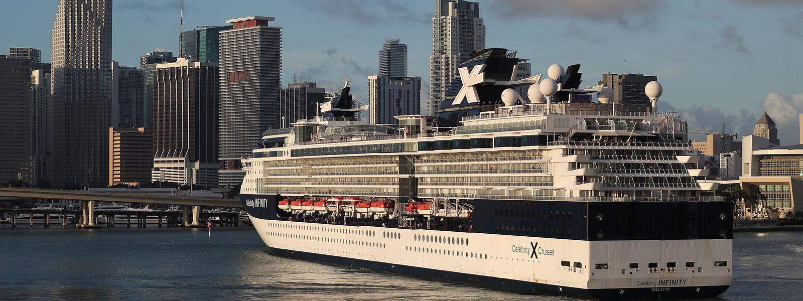 """Das Kreuzfahrtschiff """"Celebrity Infinity"""" kehrt in den Hafen von Miami zurück: Viele Seereisen wurden aufgrund der Coronavirus-Pandemie abgesagt."""