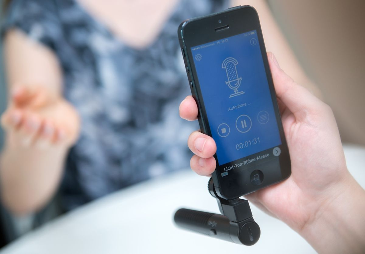 Ein externes Mikrofon und die passende App können ein Handy in ein professionelles Aufnahmegerät verwandeln.