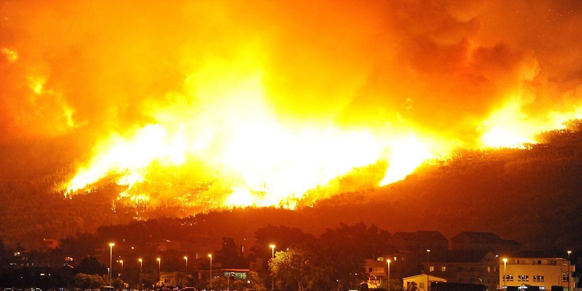 In Podstrana (in der Nähe von Split), brennt der Wald lichterloh.