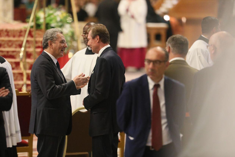 Jean-Claude Hollerich begrüßte vor dem Konsistorium die Luxemburger Delegation. NAch der Zeremonie sprach Großherzog Henri dem Kardinal seien Glückwünsche aus.
