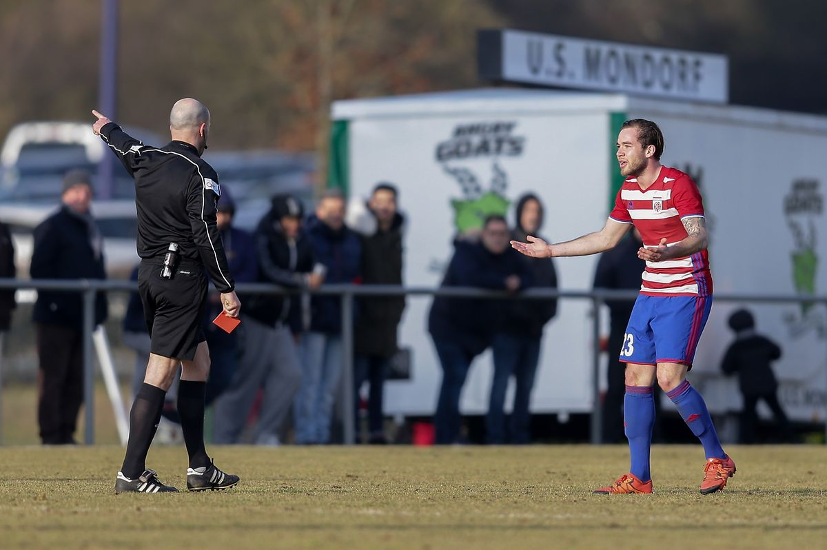 Sergio Rodrigues verweist Tom Laterza des Feldes.