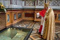 Papst Benedikt XVI. am Paulus-Grab