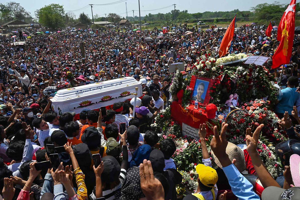 In Myanmar reißen die Proteste gegen die Militärjunta nicht ab. Hier beklagen Zehntausende den Tod einer Demonstrantin in Yangon.