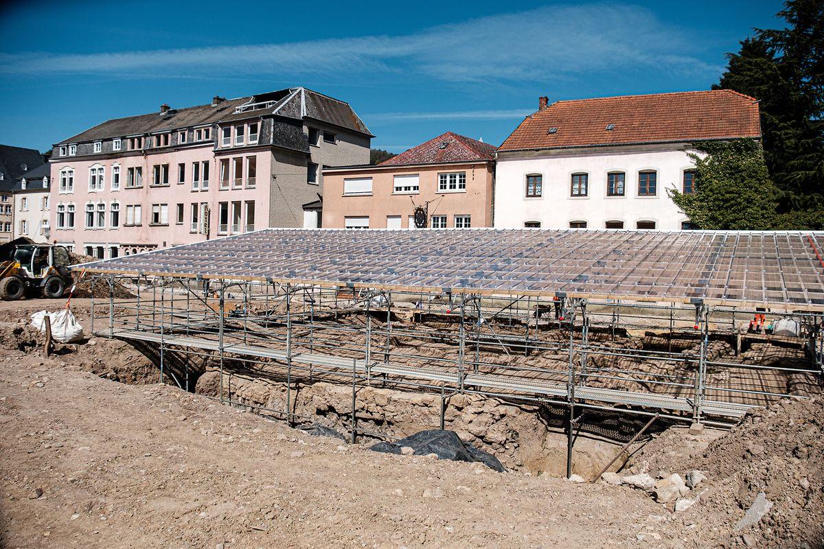 Ein Dach schützt den kostbaren Fund: Die Mauern stammen aus der Zeit Siegfrieds I., der das Kloster Echternach leitete.