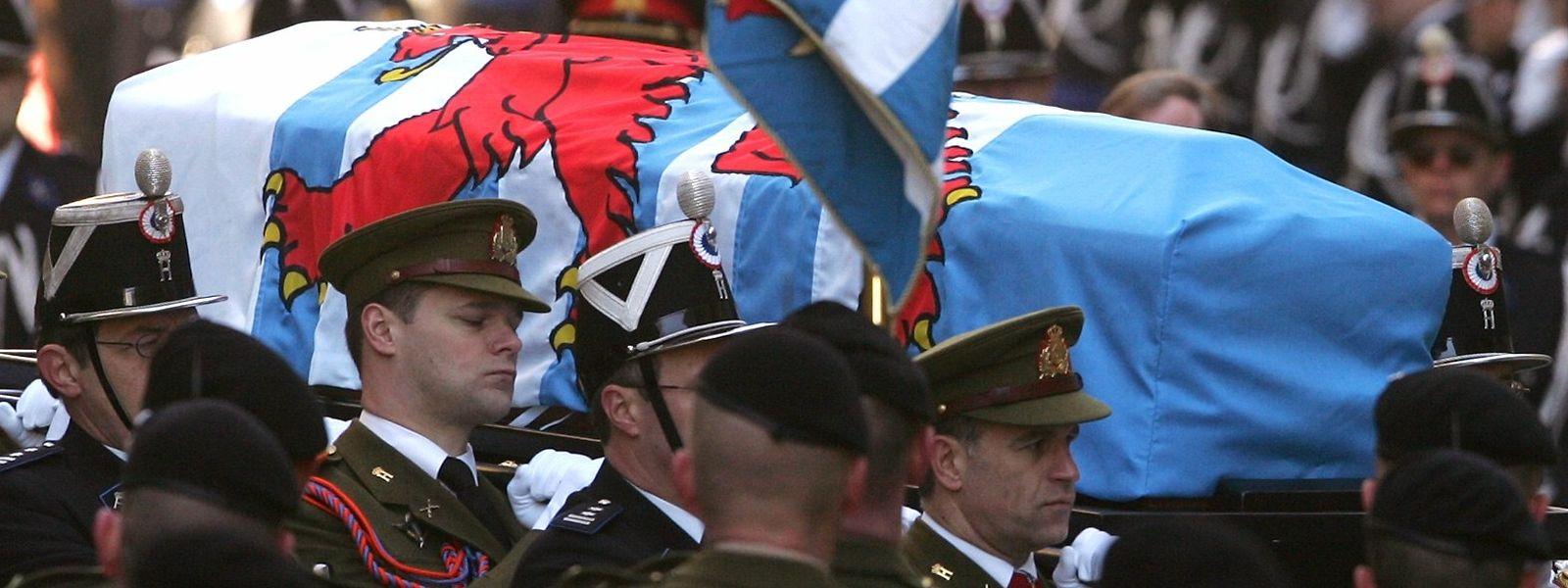 Angehörige der Armee tragen den Sarg in die Kathedrale.