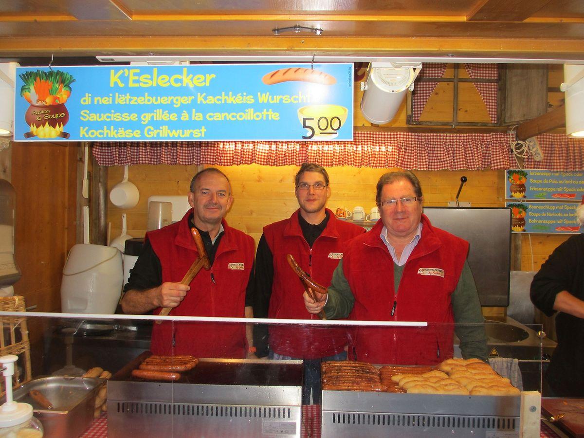 """Dreimal wöchentlich geht der """"K'Eslecker"""", eine  mit Kochkäse kombinierte Grillwurst, über den Tresen."""