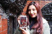08.02.2020, Nepal, Kathmandu: Preeti Shakya zeigt ein Bild von ihr als Mädchengöttin Kumari. Im Alter von drei Jahren wurde Preeti im Jahr 2001 nach Jahrhundertealter Tradition im Tal von Kathmandu in Nepal eine neue Kumari. Heute studiert sie Wirtschaft. (zu dpa-Korr «Nepals Göttinnen auf Zeit - «Ich habe gemerkt, dass ich segnen kann») Foto: Anne-Sophie Galli/dpa +++ dpa-Bildfunk +++