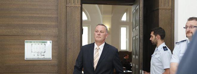 Selbstbewusst verlässt der Ex-Polizeidirektor Reuland den Sitzungssaal.