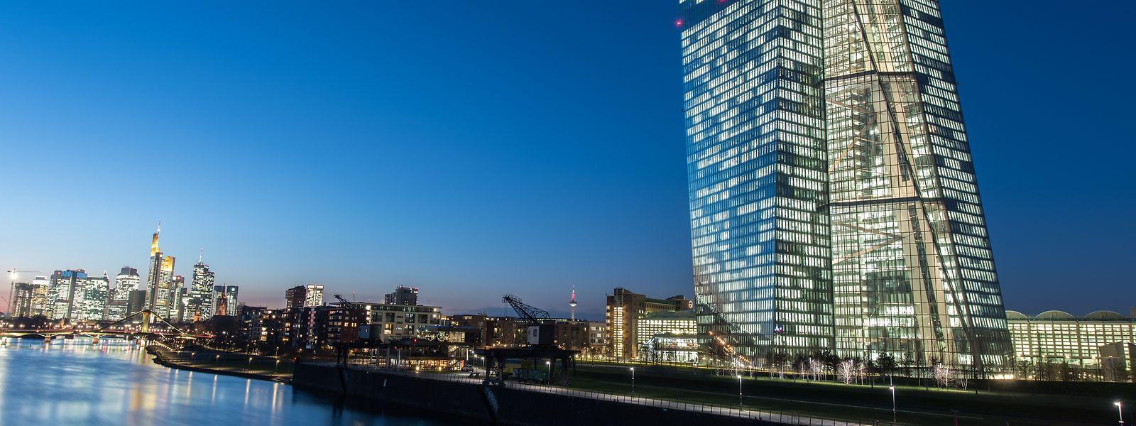 Im letzten Licht des Tages leuchtet das Gebäude der Europäischen Zentralbank.