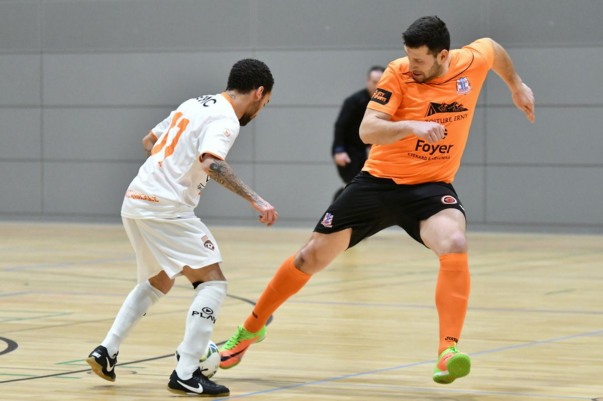 Mario Batinic (Red Boys Aspelt, maillot orange) pris à contre-pied par Igor Lima (Amicale Clervaux).