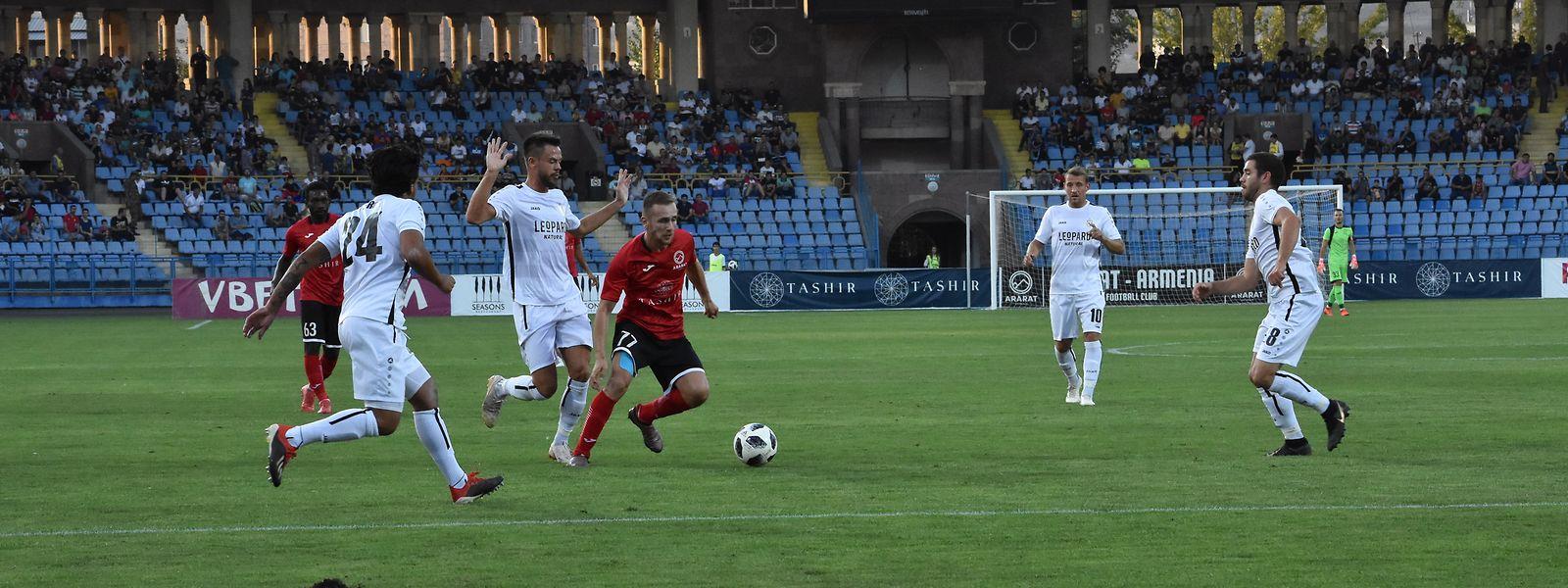 Petros Avetisyan (rotes Trikot), hier gegen Düdelingens Mario Pokar, reist mit dem FC Ararat-Armenia mit einer guten Ausgangslage nach Luxemburg.