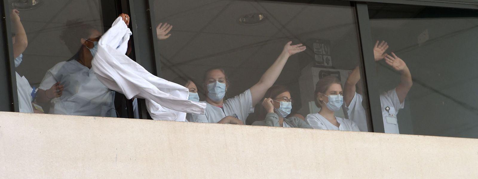 Profissionais hospitalares protestam contra a vacinação obrigatória.