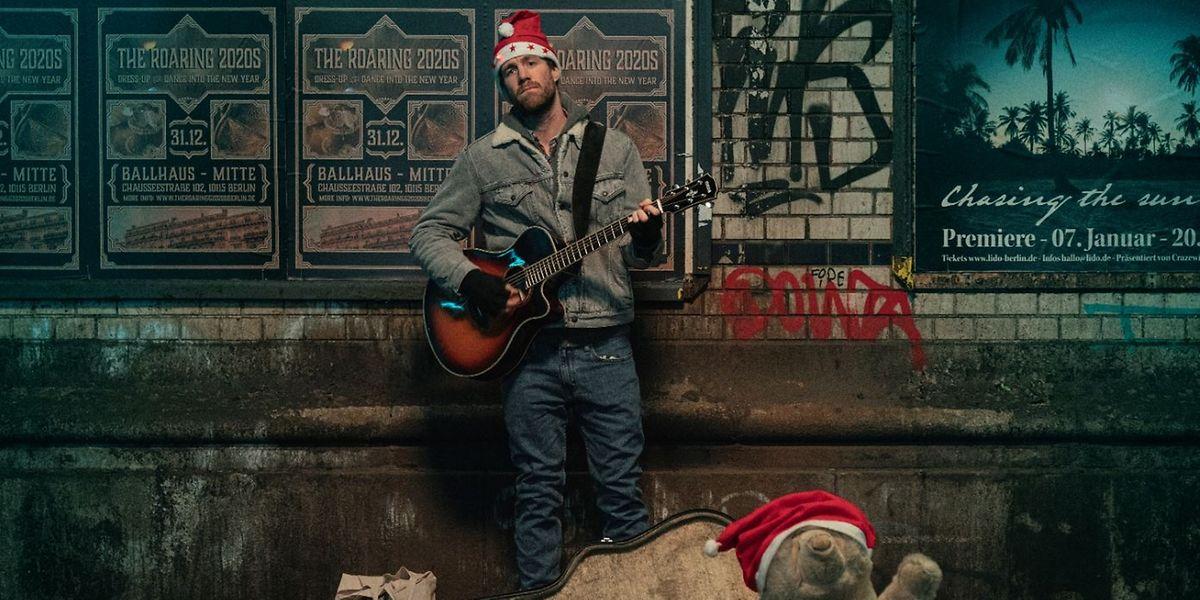 Bastian (Luke Mockridge) ist als Musiker in Berlin erfolglos – umso mehr freut er sich über ein gemütliches Weihnachten mit der Familie in der Eifel. Doch so soll es nicht kommen.