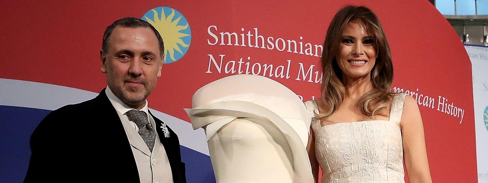 Hervé Pierre und Melania Trump mit dem aufsehenerregenden Kleid, das die First Lady zum Amtsantritt ihres Gatten trug.