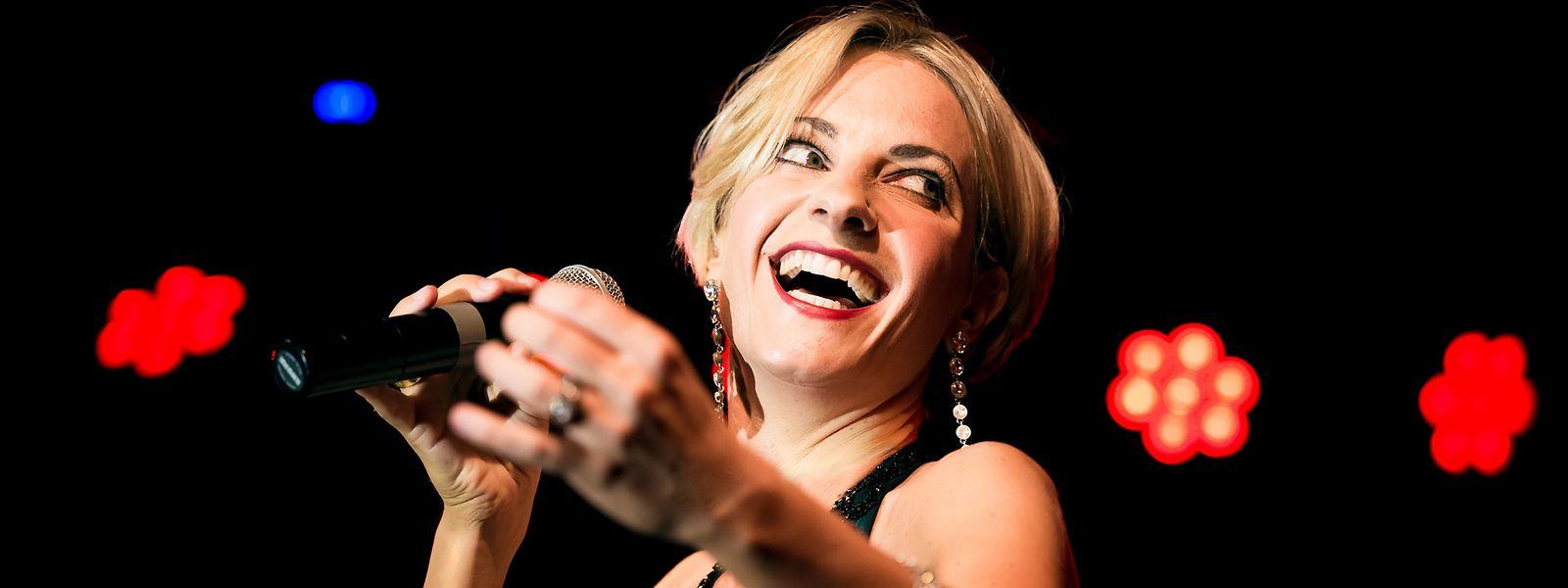 """Wer Adrienne Haan am Mittwoch mit ihrer Show """"Till The End Of Time"""" in der Philharmonie verpassen sollte: Sie ist in diesem Jahr noch zwei Mal zu Gast in Luxemburg, unter anderem am 25. Juli im """"Jardin de Wiltz"""" mit dem Programm """"Cabaret Français""""."""