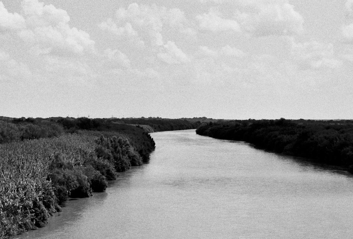 Le fleuve Rio Grande photographié par Zoe Leonard.