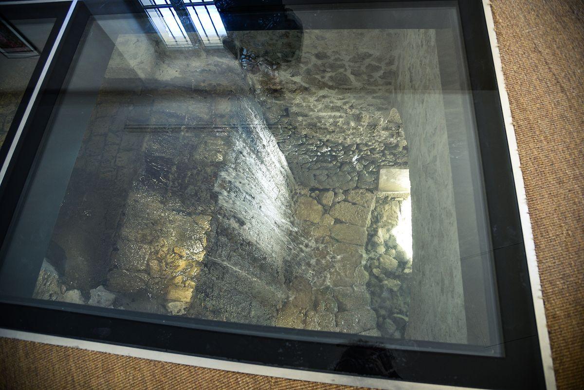 """Boden mit Ausblick: Die """"Foux"""" fließt unter dem Gebäude zu Tal."""