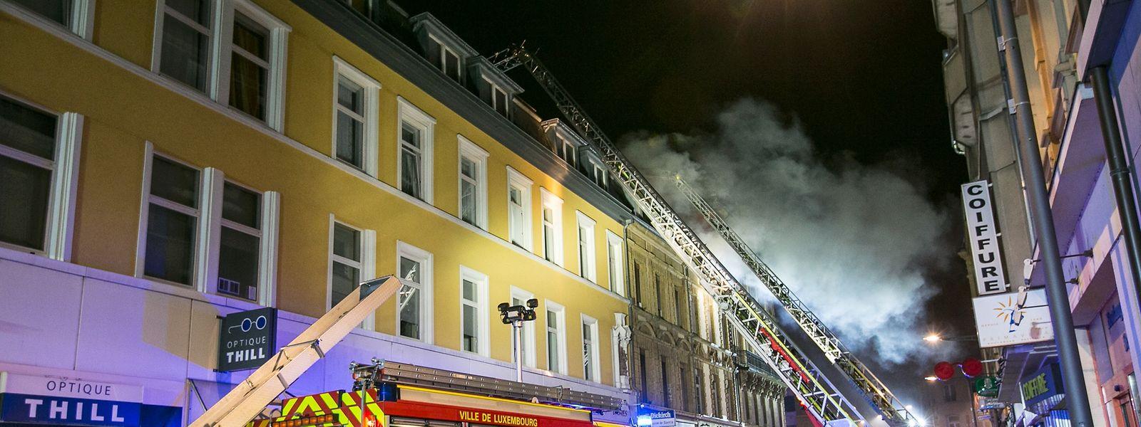 Das Feuer soll in der Nacht zum 28. Juli 2015 im dritten Stock gelegt worden sein. In den unteren Etagen wurde Brandbeschleuniger verteilt. Es brannte aber nur im oberen Bereich.