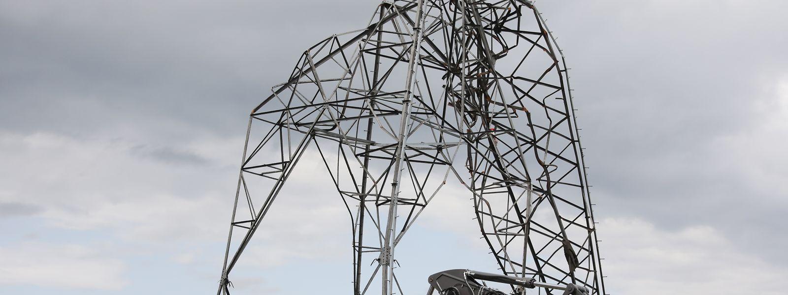 Der Tornado riss am Freitag nicht nur Dächer mit, sondern auch Pylone um.