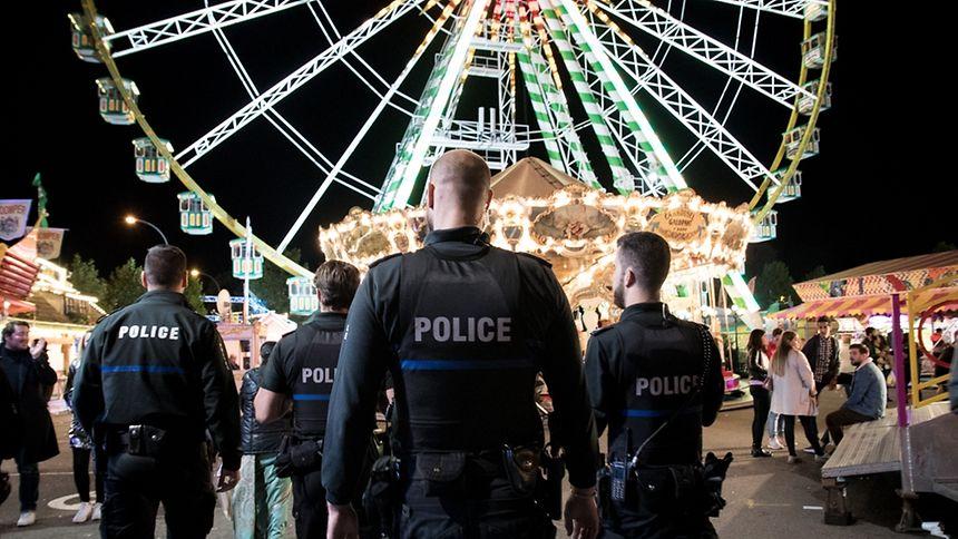 """Wo viel gefeiert wird, kann es auch viel Ärger geben. Für Sicherheit, Recht und Ordnung auf """"Schueberfouer"""" sorgten nun knapp drei Wochen lang zwölf Polizisten. Wir haben sie in der Abschlussnacht der """"Fouer"""" begleitet. Eine Fotoreportage."""