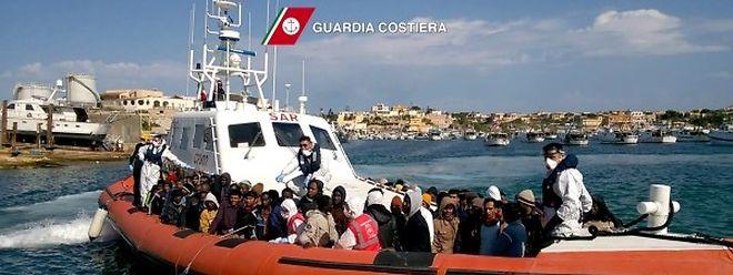 Die italienische Küstenwache rettet immer wieder Flüchtlinge im Mittelmeer.