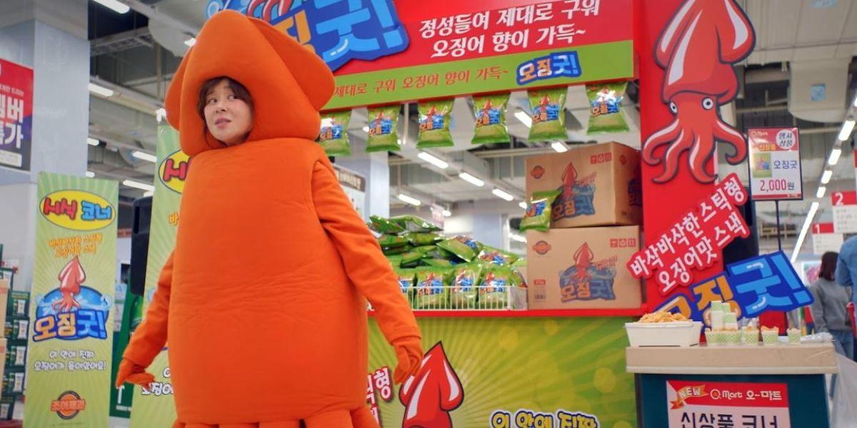 Protagonistin Ban Ha-ni (Choi Kang-hee) als Tintenfisch im Supermarkt.