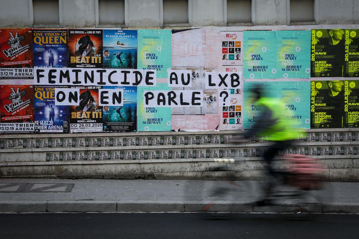 Les messages contre les violences faites aux femmes s'affichent en grand dans la capitale.