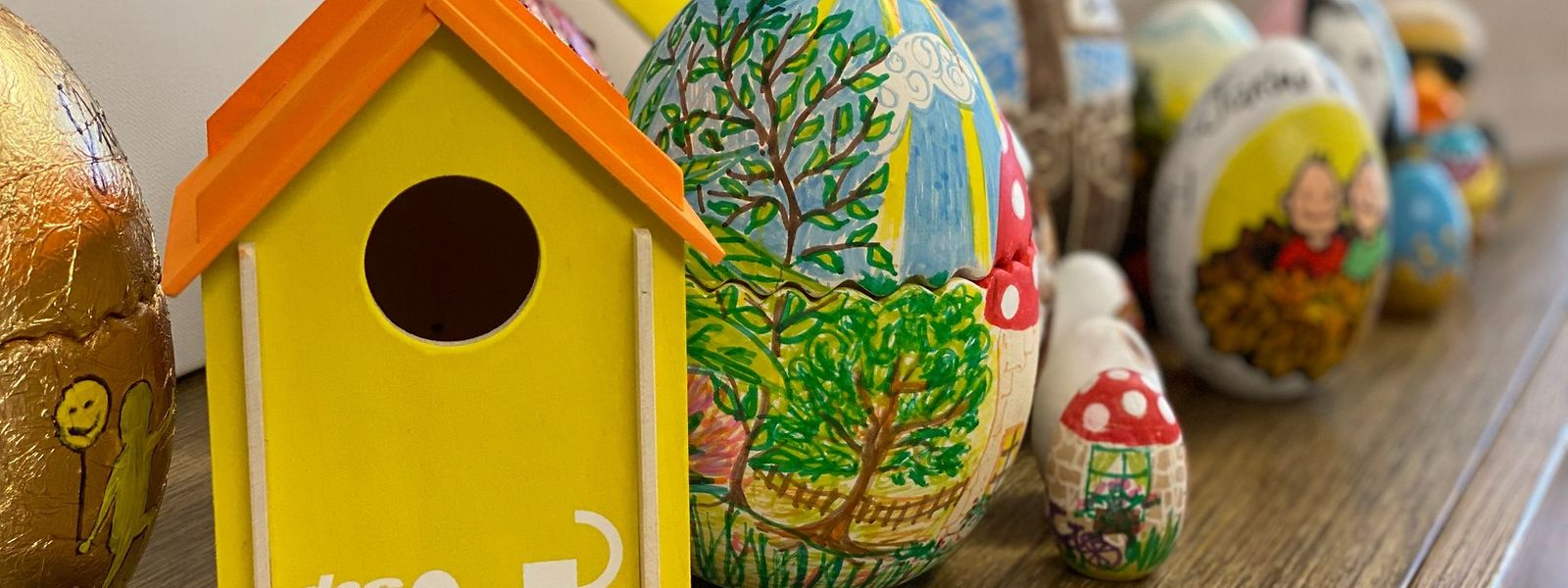 Die bunten Holz-Eier werden ab dem 5. März versteigert.