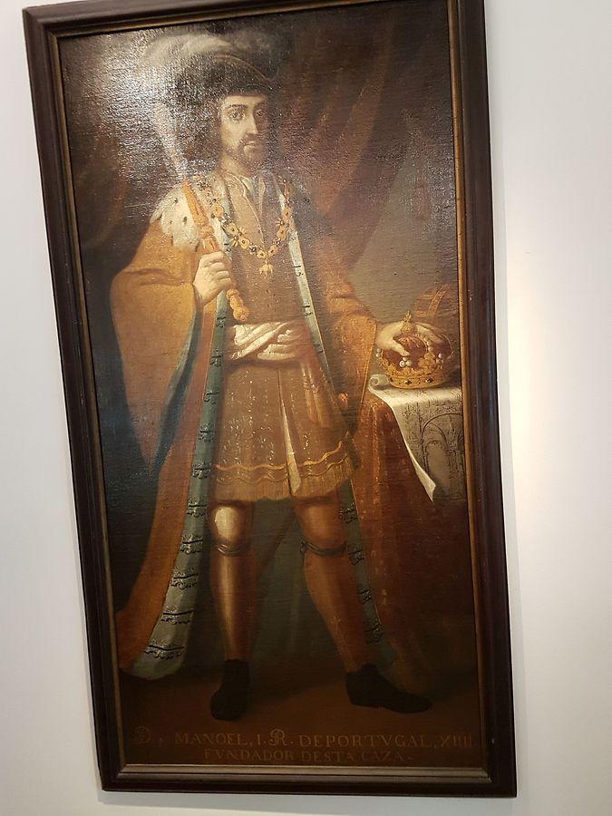 """D. Manuel foi rei de Portugal entre 1469 e 1521. Prosseguiu o investimento nas descobertas marítimas iniciadas pelo infante D. Henrique em 1415, o que permitiu a Bartolomeu Dia dobrar o Cabo da Boa Esperança (1488), a Vasco da Gama chegar à Índia (1497) e a Álvares Cabral """"achar"""" o Brasil (1500)."""