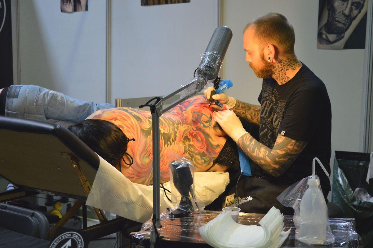 Muitos amantes das tatuagens aproveitaram a convecção para acrescentar mais um desenho ao seu corpo.