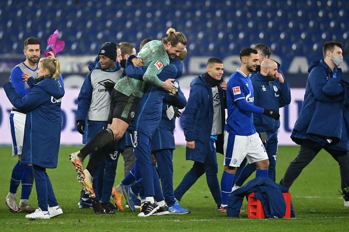 Ein Bild, das man lange nicht mehr gesehen hat: Die Spieler von Schalke 04 feiern nach einem Bundesliga-Spiel.
