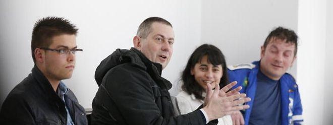 Der Zeuge Andreas Kramer (m) wartet auf den Prozessbeginn.