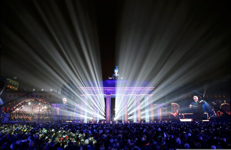 Am Brandenburger Tor feiern am Sonntag Hunderttausende den Mauerfall bei einem Bürgerfest.