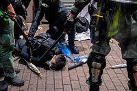 Auslöser für neue Proteste am Wochenende war die Verhängung des Vermummungsverbotes mittels eines umstrittenen Rückgriffs auf koloniales Notstandsrecht.
