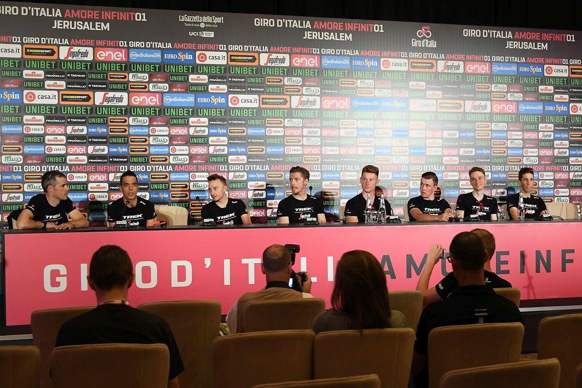 L'équipe Trek lors du point presse avec Laurent Didier (à droite).