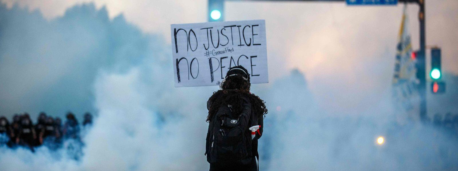 In Minneapolis, wo George Floyd bei einem brutalen Polizeieinsatz starb, gehen die Proteste weiter.