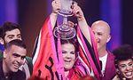 12.05.2018, Lissabon, Portugal: Die Sängerin Netta aus Israel freut sich beim Finale des 63. Eurovision Song Contest über ihren Sieg und hält dabei die ESC-Trophäe in den Händen. Sie trat mit dem Lied «Toy» an. Foto: Jörg Carstensen/dpa +++ dpa-Bildfunk +++