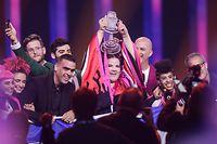 Die Sängerin Netta aus Israel freut sich beim Finale des 63. Eurovision Song Contest über ihren Sieg und hält dabei die ESC-Trophäe in den Händen. Sie trat mit dem Lied «Toy» an.