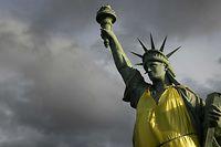 La copie de la statue de la Liberté à Colmar a été habillée d'un vêtement semblable à un gilet jaune, à l'occasion de la manifestation samedi.